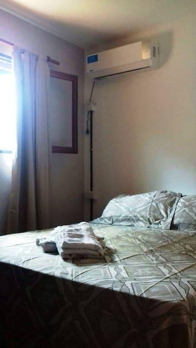 La habitación cuenta con un amplio placard