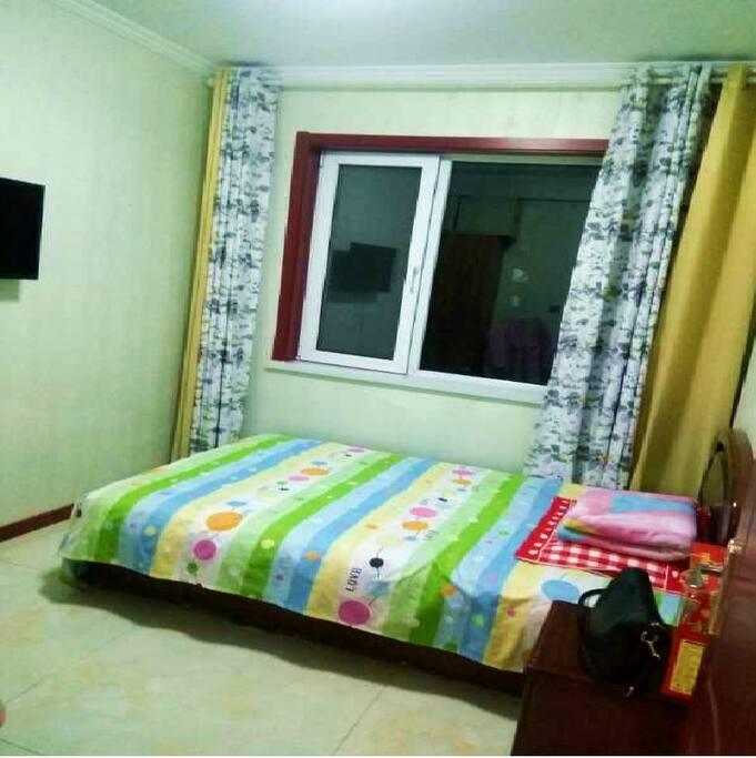 卧室2:有一张标准的单人床。配有衣柜,床头柜,小米电视。
