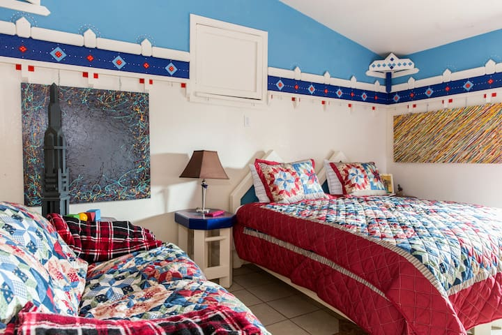 SUNNY SIDE INN - Cozy & full of color, art & fun - Elk Grove - Apartment