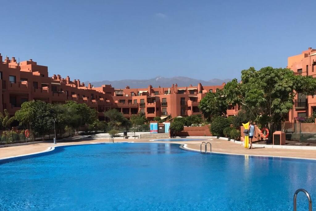 Przy apartamencie olbrzymi basen dla dorosłych i mniejszy dla dzieci.