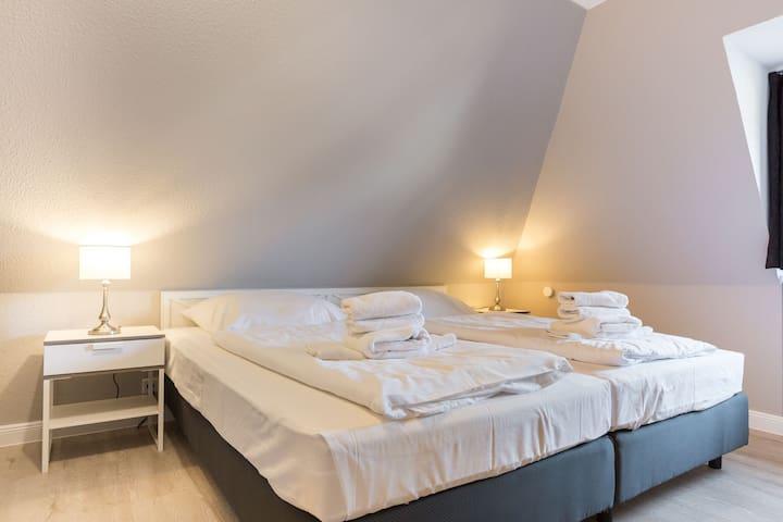 Das Schlafzimmer 1 mit einem Bett mit der Breite von 200 cm.