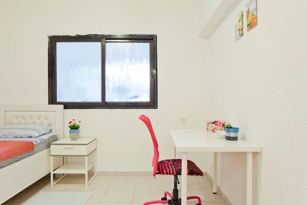 Чистая, регулярно убираемая комната