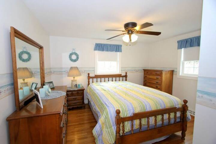 Bedroom 1-Queen