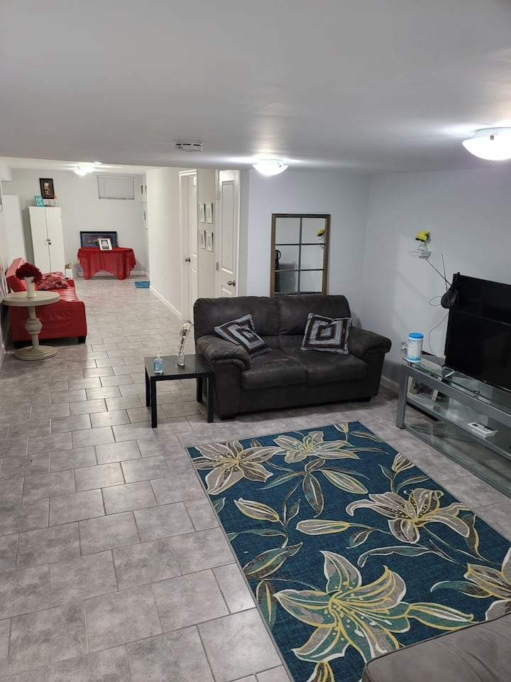 COZY ROOM IN A LARGE LUXURY BASEMENT IN LANHAM
