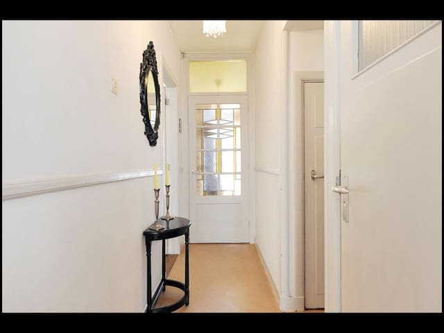 Private room in lovely appt near centre - Delft - Apartment