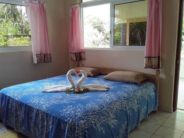 Une grande chambre avec un lit king size et un matelas orthopédique