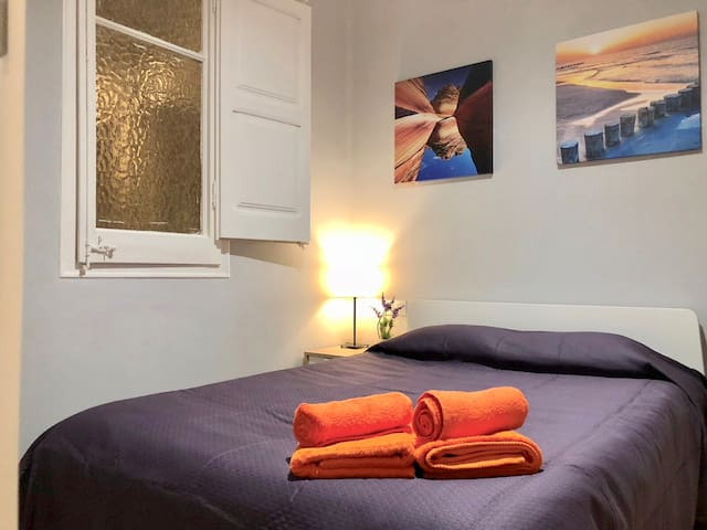Beautiful room for 2 near sq. Spain GV3