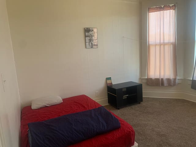 A Rastafarian 1 room & private bed shared space