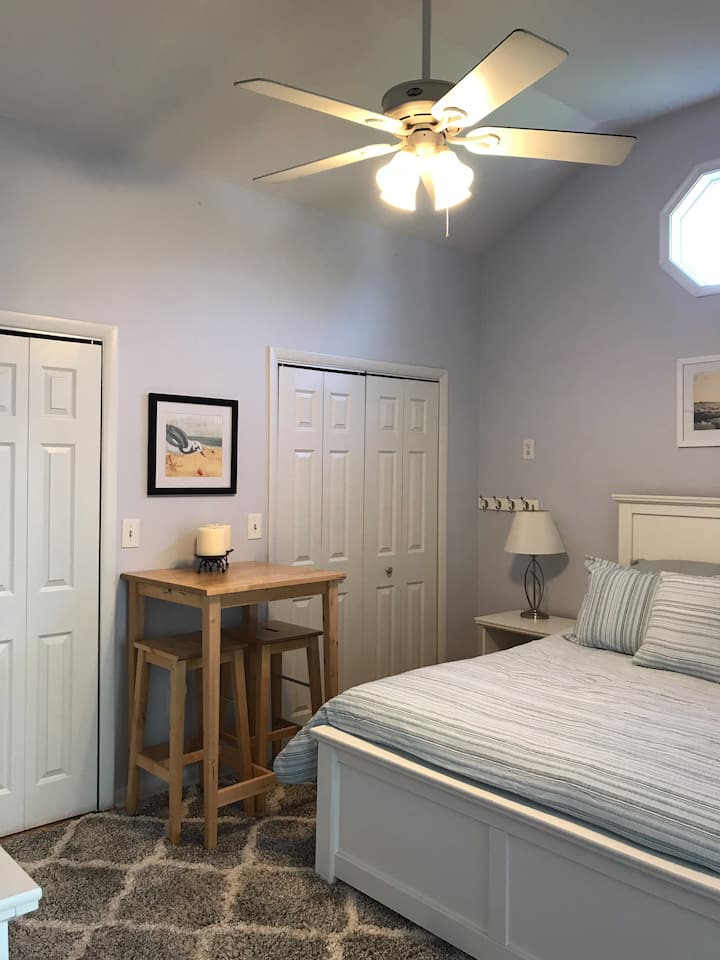 WOC Suite close to shopping, harbor and beach!