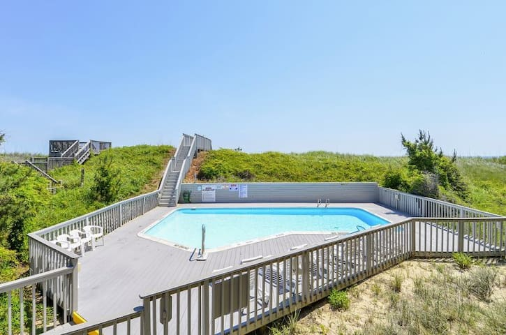 ONB1* Another Day in Paradise* Oceanfront* community Pool* Walk to shopping & Restaurants