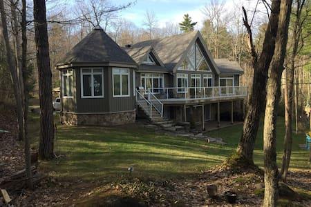 Private luxury cottage on scenic Charleston Lake