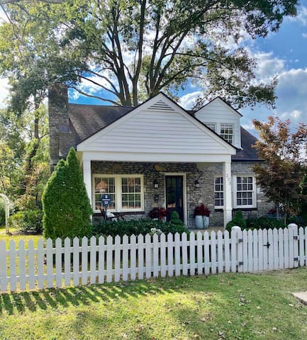 Cozy Stone Cottage In Downtown Historic District