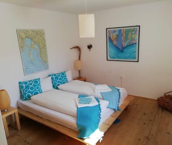Zweites Schlafzimmer mit Doppelbett. Seconda camera da letto con letto matrimoniale. Second bedroom with double bed.