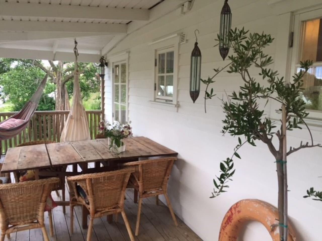 Cosy summerhouse in Kullsvik, Kullavik for relaxing vacation. Very close to the beach, 6 min walk. Wonderful sunsets. Sand and pebble beachesbeach. A big porch for long and lazy breakfasts. Last house on the road, no cars, a big garden for games.
