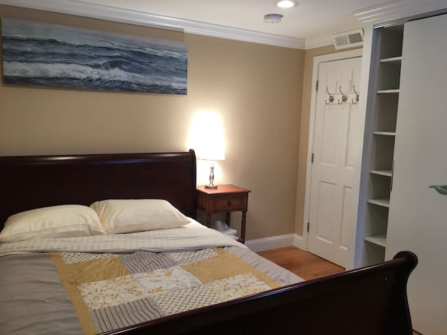Lovely Private Room with free parking - Revere
