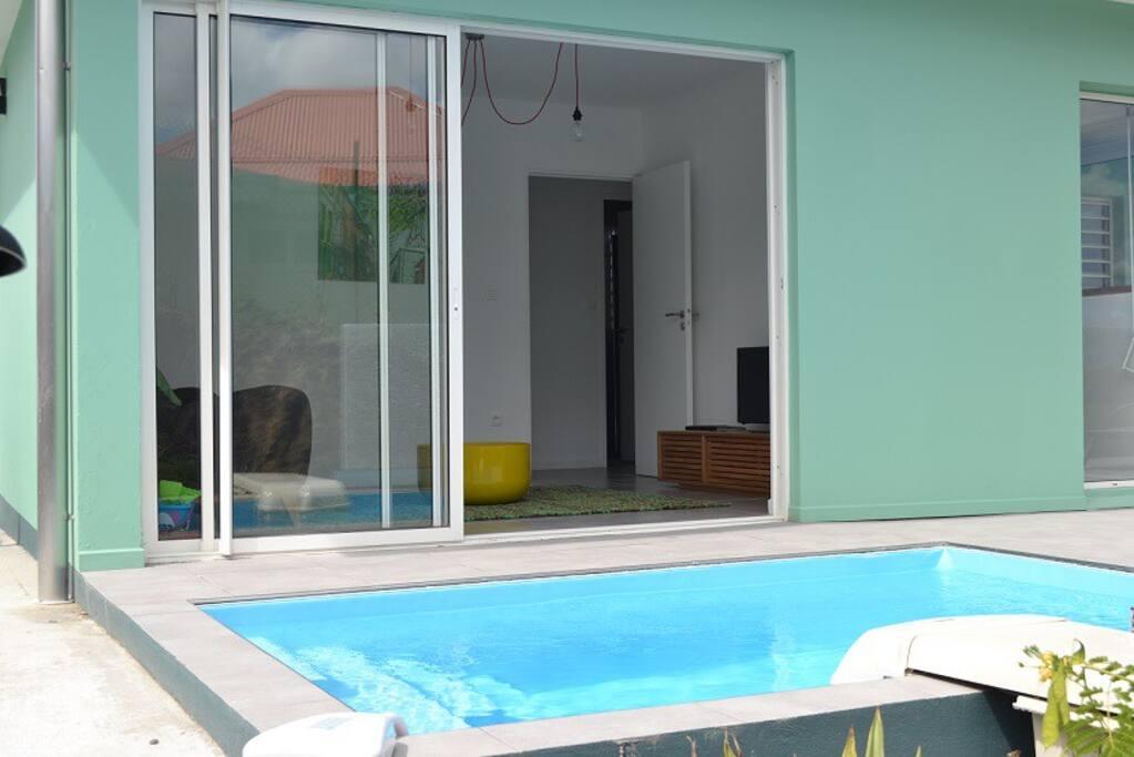 logement FOUR seas vue sur le salon de la piscine aussi appelée bac à punch
