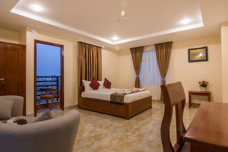 Deluxe room with balcony (king size bed)