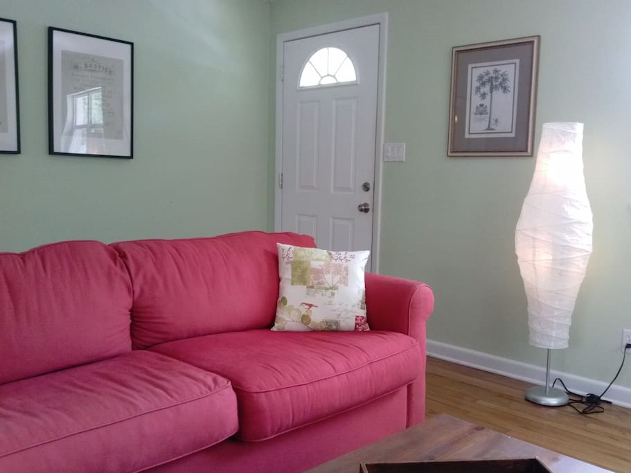 Newly renovated, spacious, and comfortable with beautiful hardwood floors and lots of natural light and a bar overlooking the kitchen. The sofa in the living room pulls out to make a 2nd queen size bed.