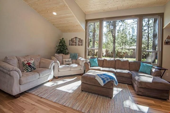 Pine Bough 11 - Modern, Single-Level Sunriver Home with Master Suite, Hot Tub!