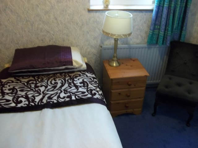 Single room near town (4 private rooms available)