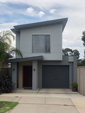 Modern Townhouse close to CBD