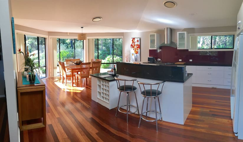 Estuary Living - Large Home on Tomakin River - Mossy Point - Huis