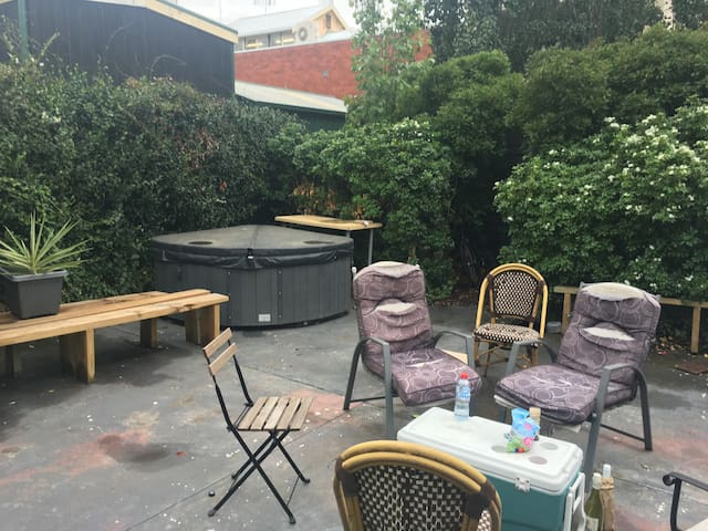 1 PRIVATE BEDROOM GREAT LOCATION & AWSOME ROOMIES - Abbotsford - Huis