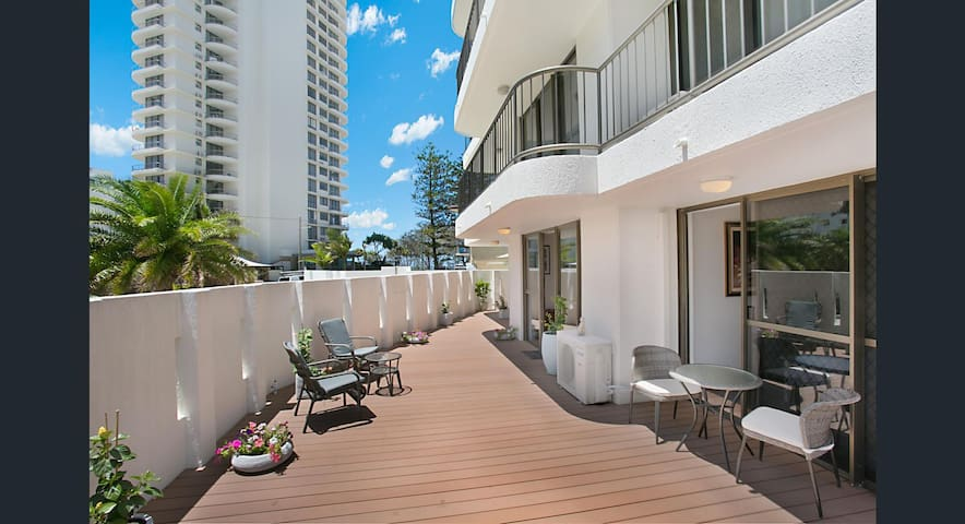 Beachside Two bedroom apartment with large patio - Broadbeach - Apartmen