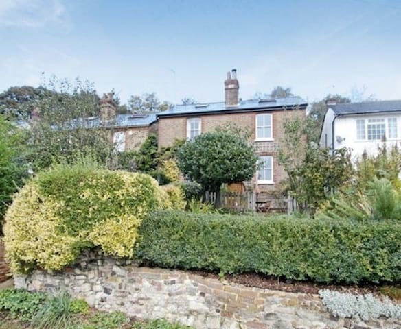 Lovely room in English Cottage - Redhill - House