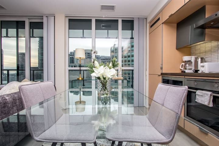 ★☆High-End & High-Rise Condo Downtown + Parking☆★