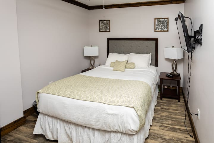 DT Ohiopyle - Sleeps 2 - Private Room - Shared Bath - Queen Bed - Minutes from *Fallingwater*