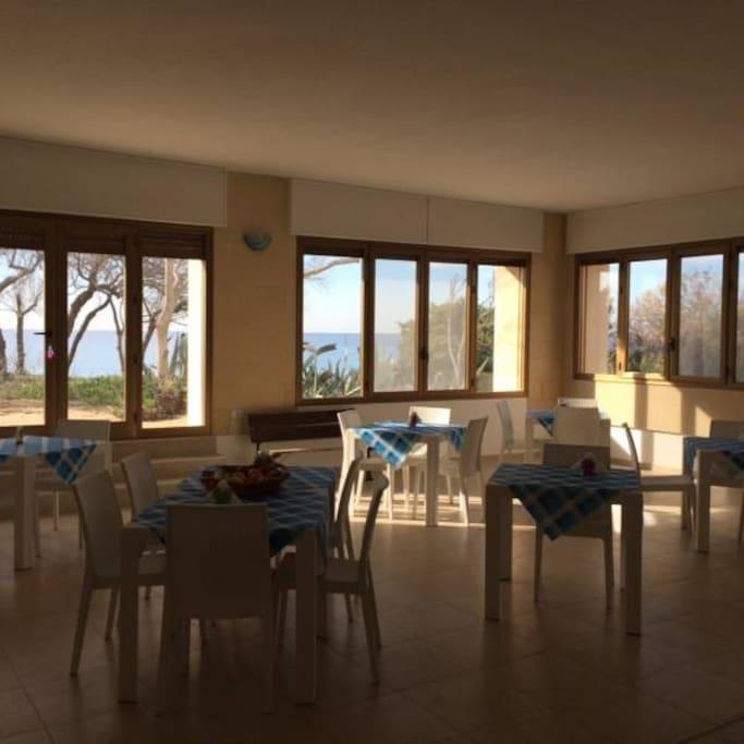 Sala colazione con vista sul mare