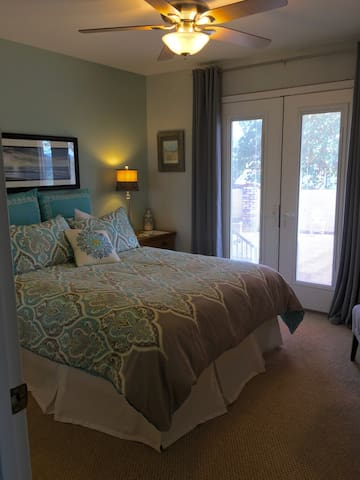 Peaceful Queen Room with Private Bath and Entrance - Redding - Ev