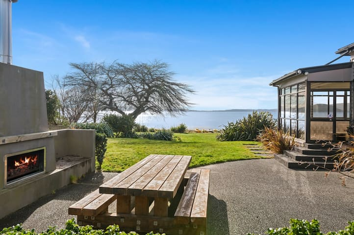 Aroha Lakefront Retreat