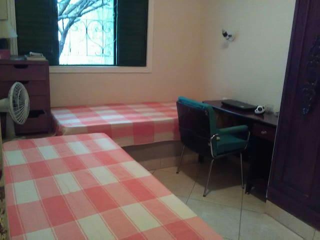 Quarto duplo em residência familiar perto da UFMG