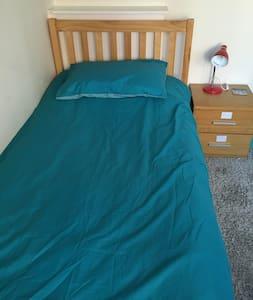 完美的独立房间和舒适的单人床 - Luton