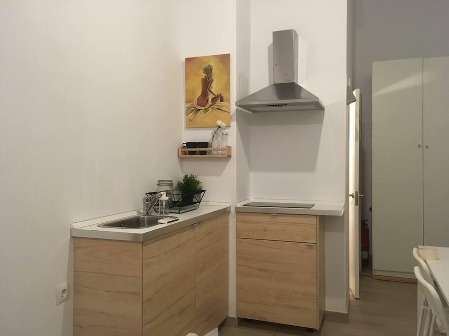 Pequeña cocina propia. Microondas, frigorífico, vitrocerámica.