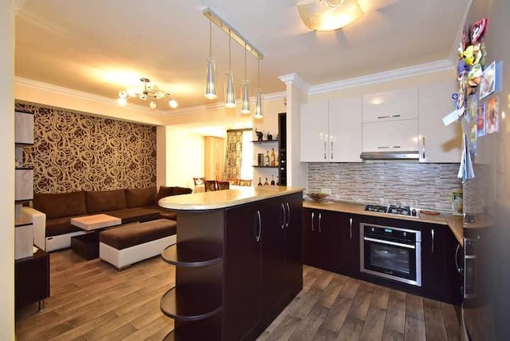 Modern & Sunny Apartment near Metro Station