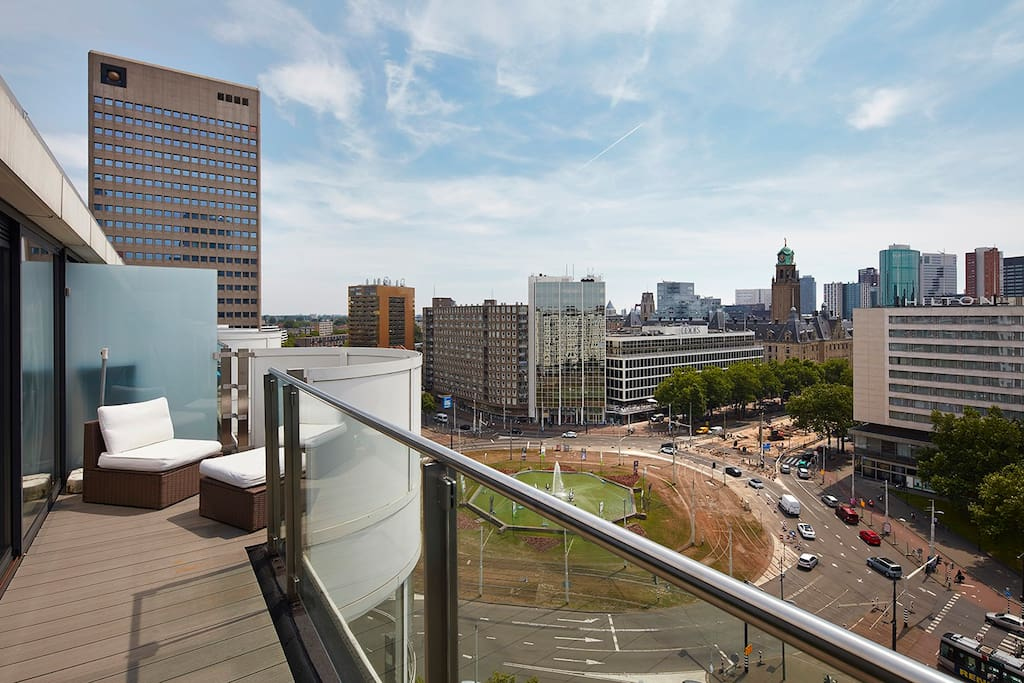 The terrace with views of the city centre of Rotterdam is a big plus for this appartment.