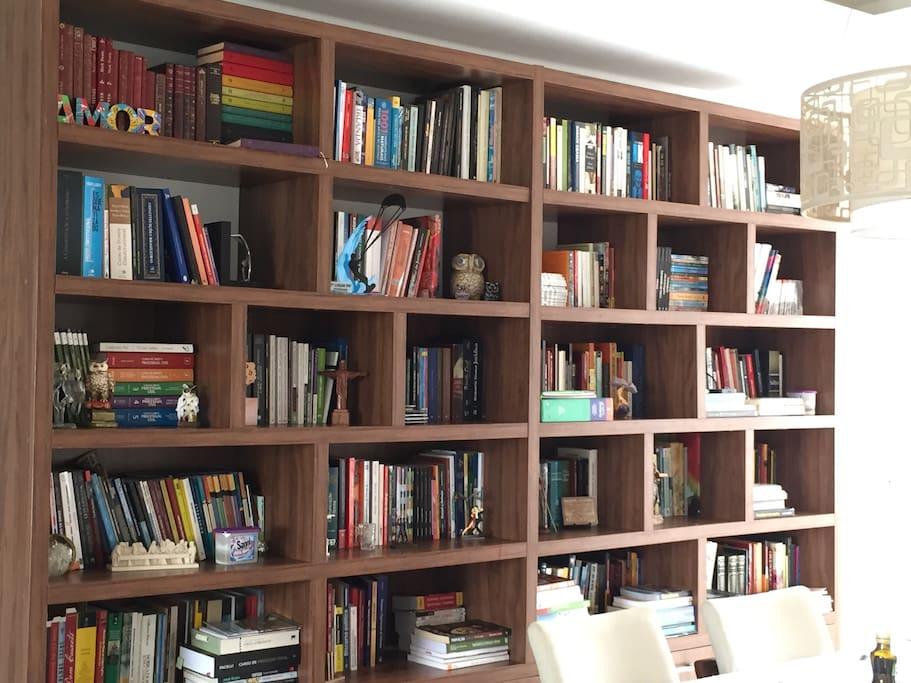 Estante de livros da sala que podem ser apreciados pelos hóspedes! Aceitamos troca troca