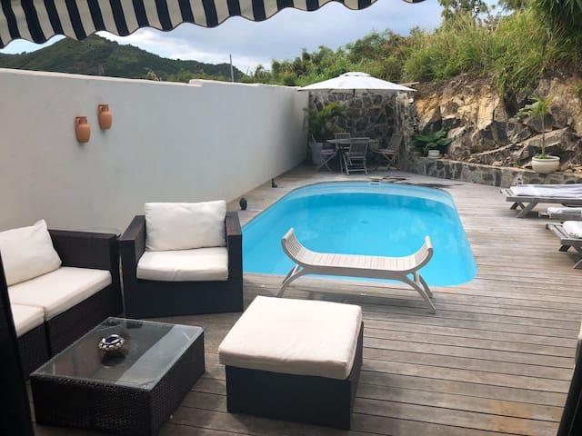 Chambre avec salle de bain privée vue piscine