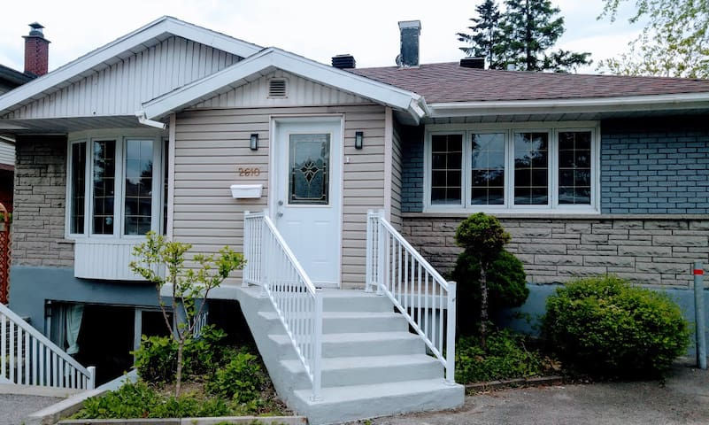 Friendly 2 bedrooms, 2 min from Montreal, Parking