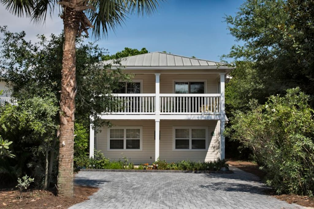 Charming 3 bedroom cottage super close to the Beach!