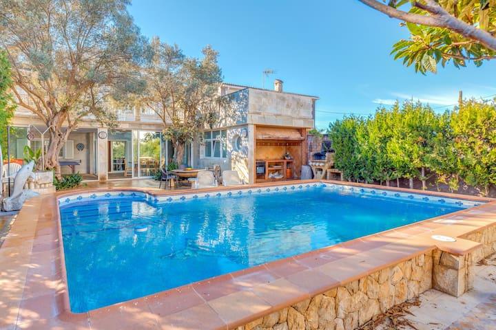 Villa Pinguino cerca de la playa con piscina, terraza y Wi-Fi; hay aparcamiento disponible