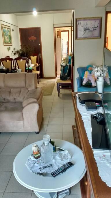 Sala com sofá e TV