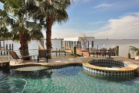 Mansion on Water off Galveston Bay - Seabrook - Дом