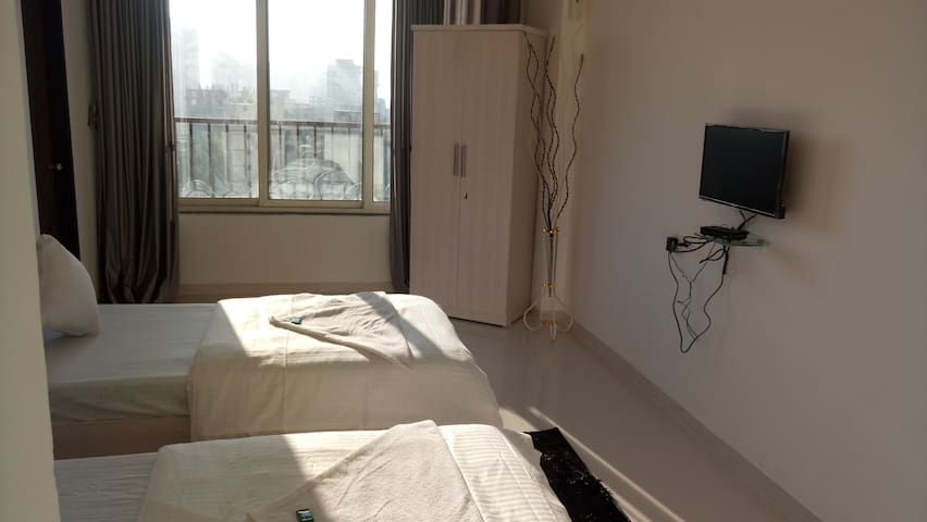 Comfy 1 room in 2bhk near oberoi Goregaon East
