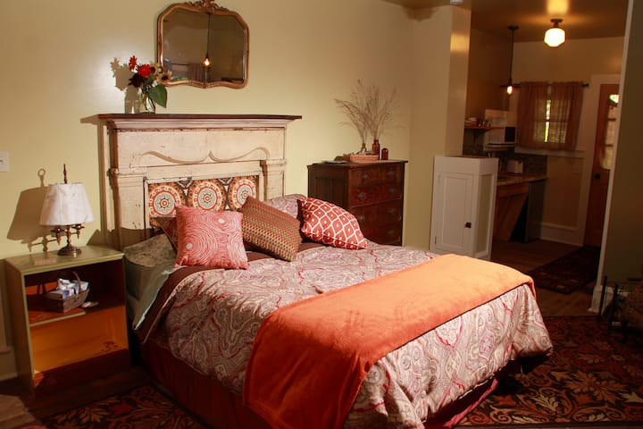The Barnard House Bed and Breakfast - The Crawford Suite