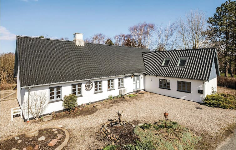 Former farm house with 4 bedrooms on 150 m²