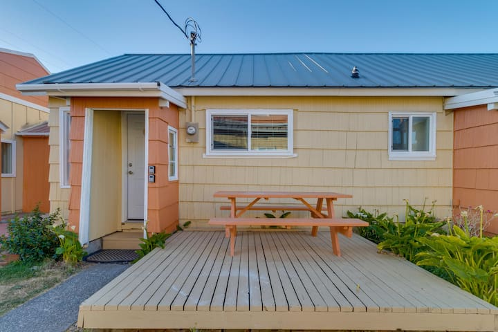 Modern, dog-friendly cottage in a great location - minutes to downtown & beach!